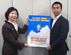 写真左から 男女共同参画局小林推進課長と日建協植村議長