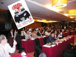 セメント企業合併に対するチラシを掲げる各国代表者