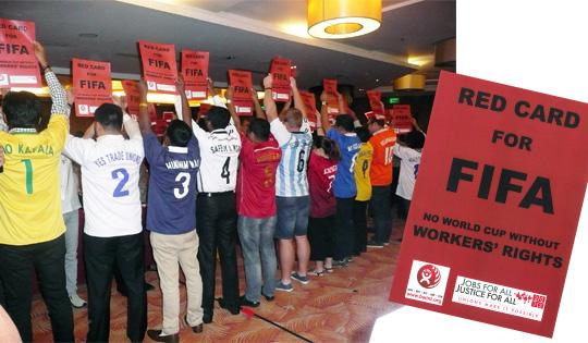 FIFAに対し「労働はチームメンバーである」とキャンペーンする様子