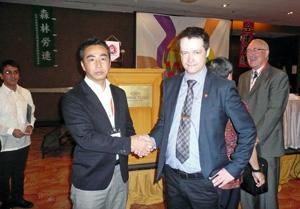 スジョーBWI代表と握手を交わす植村議長